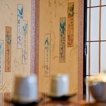*【ベッドスイート・骨董品】掛け軸以外に屏風も飾らせていただいております。