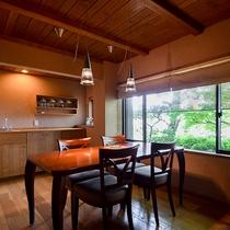 *【半露天風呂付・和洋室スイート・桃】テーブルでお部屋食をご希望のお客様に人気のお部屋です。