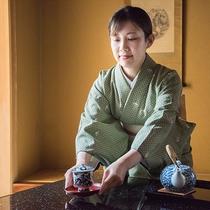 *【客室係】お部屋の所蔵品も自慢ですが、骨董以上に茶道の所作を身に着けた仲居のおもてなしが自慢です。