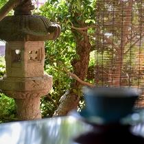 *【半露天風呂付・和洋室スイート・桃】窓の外からは手入れが行き届いた木々を通じて柔らかい光が入ります