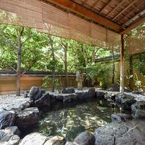*【大浴場・男湯】街中にありながら静かな当館の露天風呂は計算された木々の配置で心落ち着く造りです