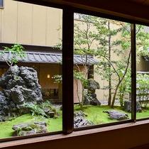 *【ロビー】窓からは日々手入れを怠らず育てた苔の緑と木々・石が調和したお庭をお楽しみいただけます。