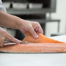*【ご朝食一例】シンプルながら「美味しい」と評判の朝食メインを務める塩鮭・当館で仕込んでおります