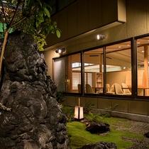 *【1F中庭・夜】夜は優しい明かりの演出で昼間とは異なった雰囲気おを楽しみいただけます。