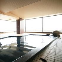 柴山潟と白山連峰を一望する大浴場