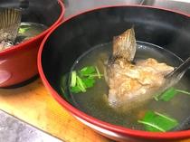 高級魚の石鯛のアラとカマを使用して、 じっくりコトコト旨味を引き出します。 濃厚な潮汁!最高です。
