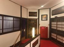 2階客室フロアー。昭和木造建築の造形美