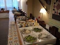 夕食バイキング・・サラダや季節の料理、デザートなどご用意しています。