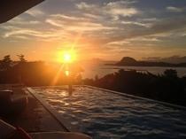 プールから夕日