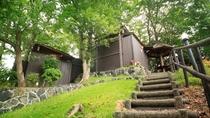【貸切露天】敷地内の高台にある原生林の中に佇む貸切露天風呂ブランとビンタン。