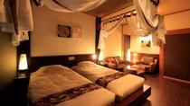 【天蓋付きバリ風洋室】大きなベッド台にシングルサイズの寝具を2つ並べたハリウッドツインタイプ。