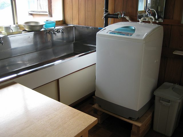 無料の洗濯機 物干し台は裏です