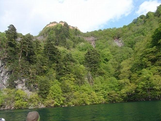 中の湖から望む五色岩