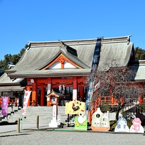 箱崎八幡神社:当館よりお車で約35分。鶴の里ならではの鶴の舞いを浮き彫りにした日本一の大鈴があります