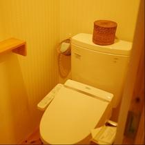 全室に洗浄機付トイレを完備しています。木の温もりを感じるトイレルームです。