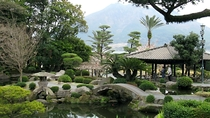 仙巌園:当館よりお車で約1時間15分。薩摩の殿様と姫君が愛した桜島を望む島津家の日本庭園です。