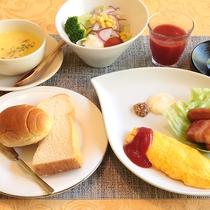 洋朝食(一例):洋食派の方へ。パンと相性のいいふわふわオムレツにスープなどバラエティ豊かな朝食です。