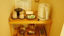 お部屋には湯沸しポット、お茶やコーヒーセット等をご用意しております。ご到着後のブレイクタイムに。