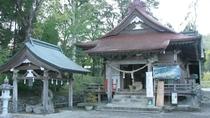 紫尾神社:当館より徒歩約1分。拝殿の下から紫尾温泉の源泉が湧き「神の湯」のと呼ばれています。