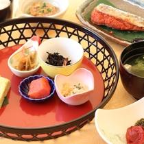 和朝食(一例):和食派の方へ。九州の朝にふさわしい彩り豊かなご朝食メニューとなっております。