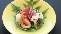 お造り一例:鹿児島の近海で獲れた新鮮な季節のお造りをぜひお召し上がりください。