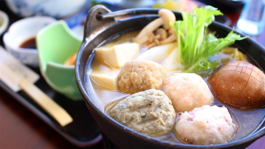 *夕食一例/体があたたまるつみれ鍋♪お刺身やフライなど、一通りお楽しみいただけます。