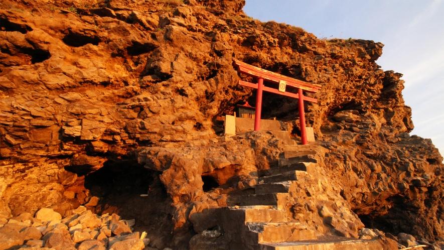*金毘羅神社/金比羅岬の切り立った崖の下、荒々しい自然に向き合う様に祠がございます。