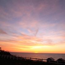 *みさき台公園/目の前に沈む夕日。夕焼け空は1秒ごとに色を変えて暮れてゆきます。