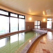 *大浴場一例/やわらかくトロッとした、よく温まる天然温泉。窓の外には水平線が広がります。
