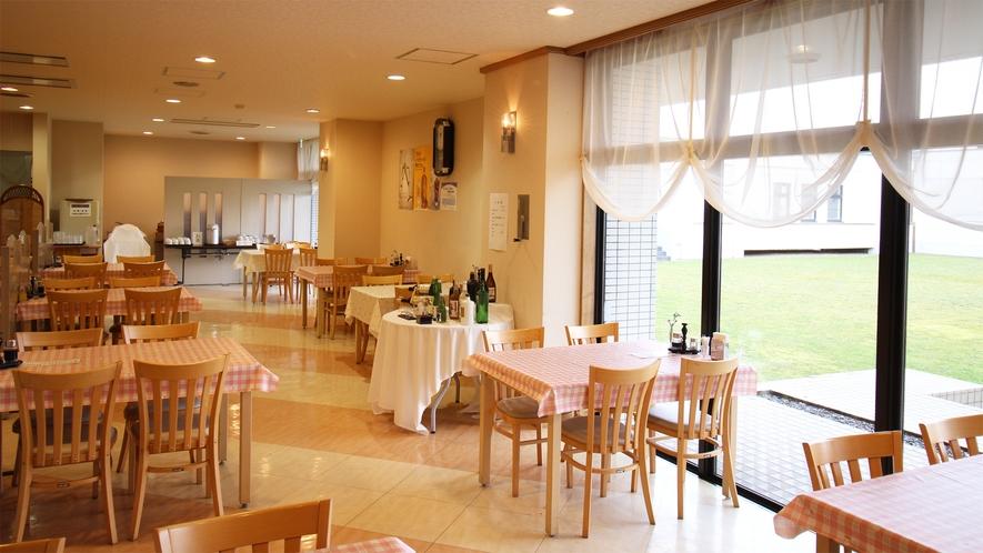 *レストラン/大きな窓から入る明るい光が気持ち良い。夕朝のお食事はこちらにご用意致します。