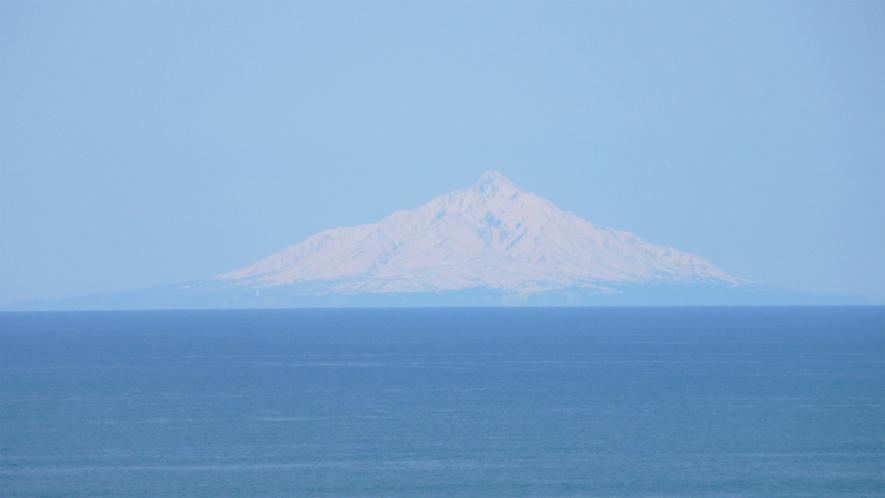 *利尻富士の眺め/天気の良い日には、水平線に浮かぶ利尻富士の姿をご覧いただけます。