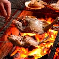 焼き魚は炭火焼で調理しています。ホクホクで絶品です