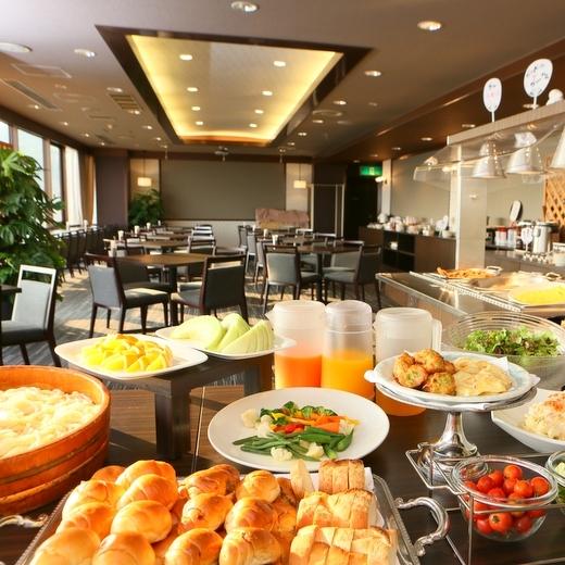 【朝食会場】宇多津〜瀬戸大橋を一望できる最上階の広々とした空間でゆったり朝食♪