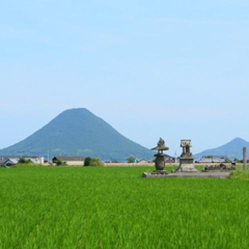 讃岐平野にそびる讃岐富士(飯野山)
