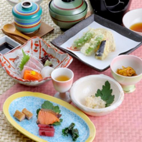 【夕食一例】季節の食材を使った会席コースをご用意。景色とお料理で季節の移ろいを感じて下さい。