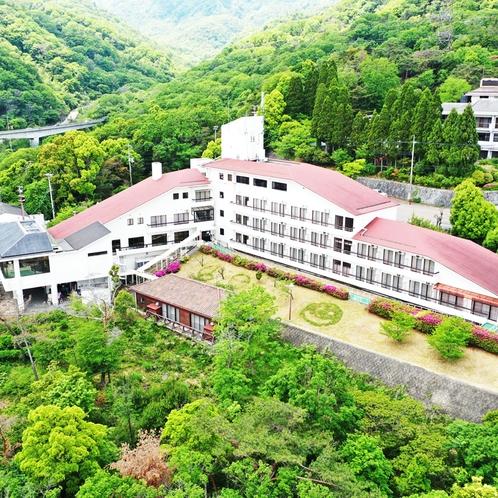 六甲の山に囲まれた自然豊かな宿です