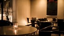 【ラウンジ】静かであたたかな空間で、コーヒーやワイン、ウイスキーなどをお楽しみいただけます。