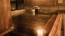 【展望大浴場-山の木-】湯量豊富な温泉を源泉掛け流しで堪能