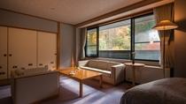 【限定1室・和洋室スイート「桔梗(ききょう」】秋の窓から美しい紅葉を眺める事ができます