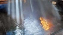 【秘湯めぐり・西屋】屈指の湯量を誇る白布温泉の象徴でもある豪快な湯滝、総ヒバ材のお風呂。