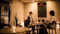 【ご夕食後はナイトバーへ】ラウンジで静かな時間を夜長に愉しむ。