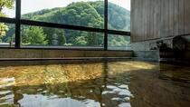 【展望大浴場-山の木-】白布の四季の景色を眺めながら泉質豊かな温泉を満喫。