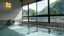 【展望大浴場-山石-】石造りの広々とした湯船。自然に包まれながら湯浴みを堪能。