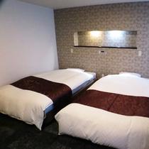 *【デラックスツイン/一例】ベッド幅は122cmのセミダブル仕様でゆったりとお寛ぎいただけます