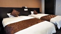 【デラックスツイン】セミダブル仕様の広々ベッドでお仕事や長旅の疲れもスッキリ