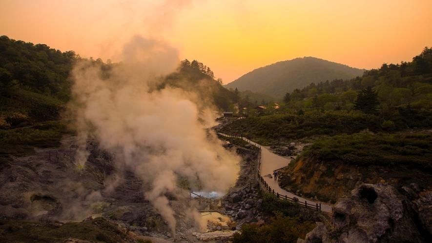 【外観】夕焼けの自然研究炉から見た玉川温泉