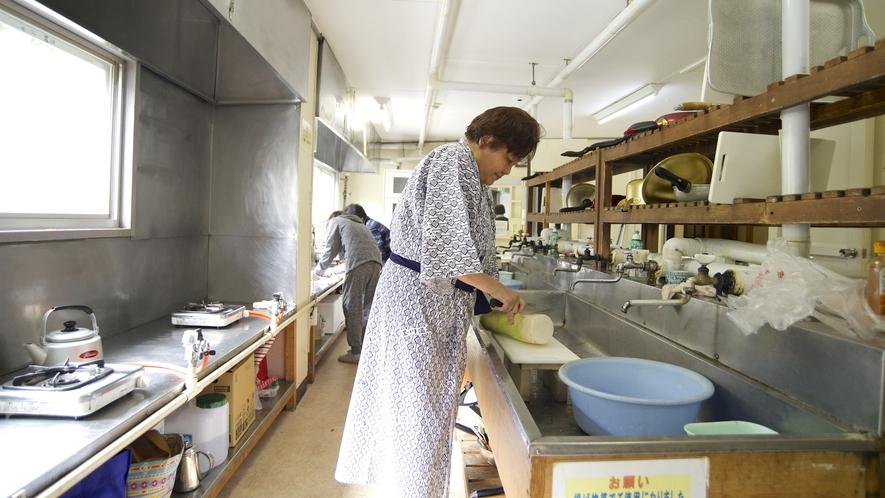 【共同炊事場】自炊部の共同炊事場風景