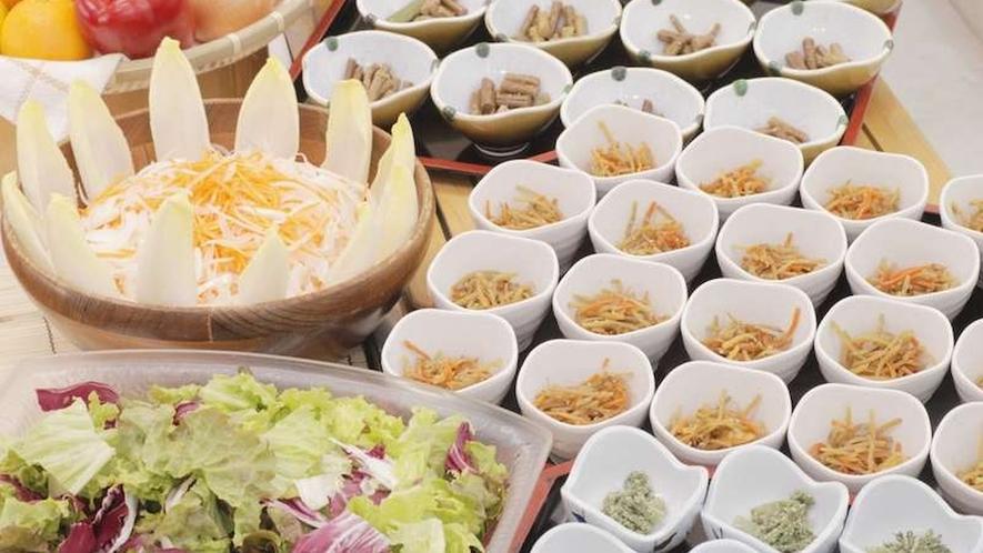 【夕食】ご夕食は健康食を意識したカフェテリア形式。