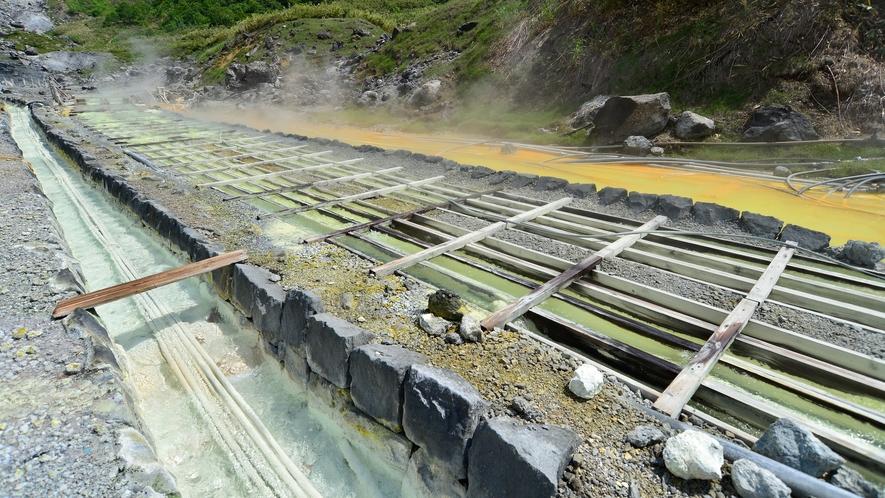 【自然研究路】自然研究路脇にある湯の華を採取するための湯樋