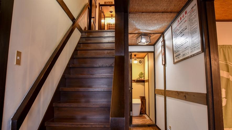 *館内(共同トイレ)/まつ・きく・ぼたん・あやめのお部屋へ上がる階段の横にもございます